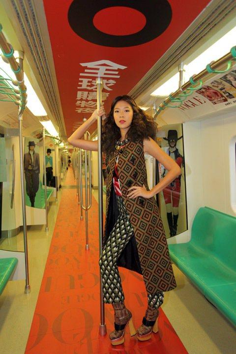 2012年「Fashion's Night Out全球購物夜」以高捷車廂作展演舞...