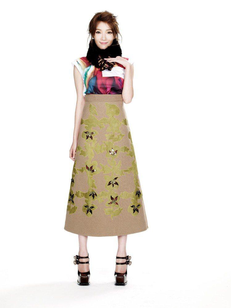 蔡淑臻展示FNO高雄限定版T恤。圖/樺舍提供