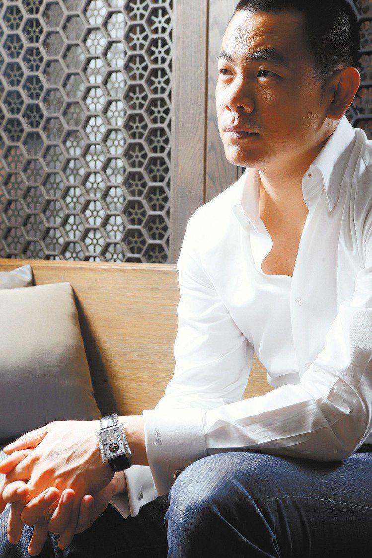 江振誠身高188公分,是天生衣架子。穿訂製白襯衫搭配Piaget袖扣142,00...