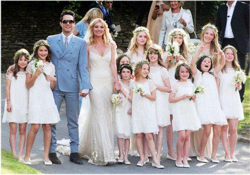 凱特摩絲的婚紗由 John Galliano 所設計,新郎穿的則是YSL 創意總...