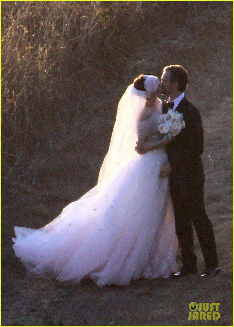 安海瑟薇穿VALENTINO訂製婚紗出嫁。圖/擷取自justjared.com