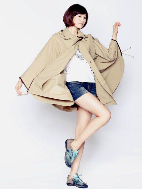 防風又抗水的斗篷式外套不僅時尚有型,也是氣候變換時的最佳配備。圖/TVBS周刊提...