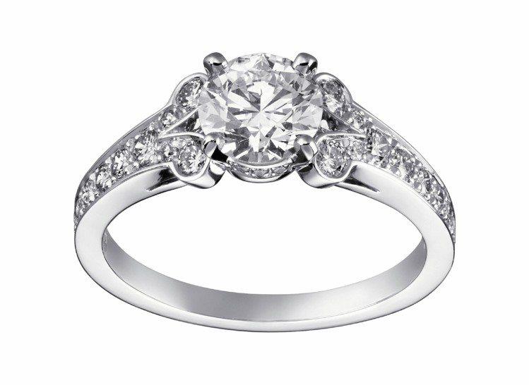 Ballerine訂婚鑽戒,鉑金中央鑲嵌約0.50克拉明亮式切割圓鑽,搭配鋪鑲鑽...