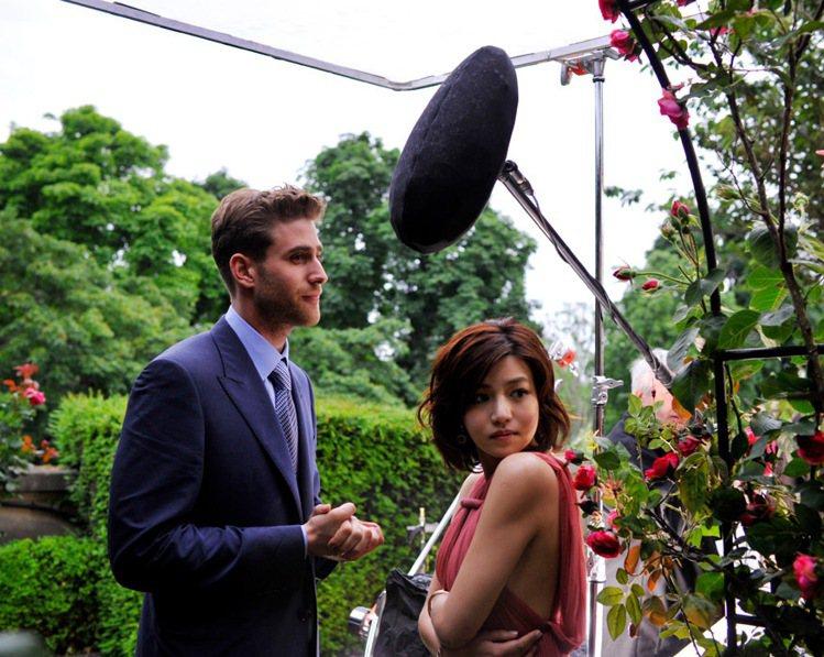 陳妍希拍攝卡地亞愛情微電影第四部,與法國男演員浪漫互動。圖/Cartier提供