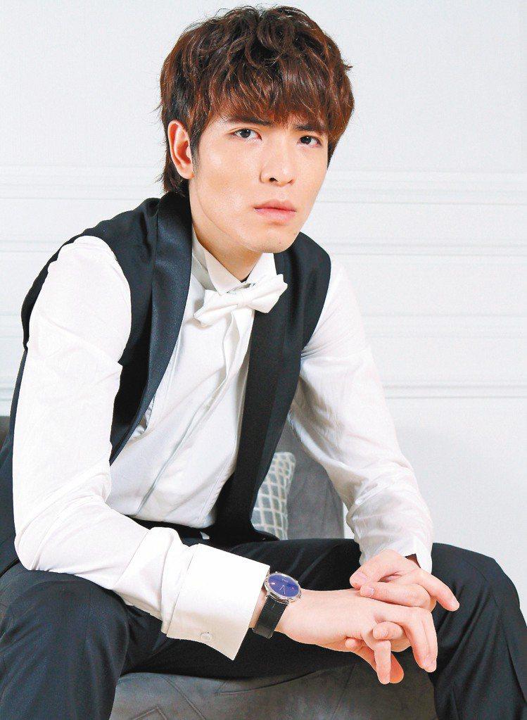 蕭敬騰穿Dior Homme白色襯衫26,000元、白色領結4,700元、黑色西...