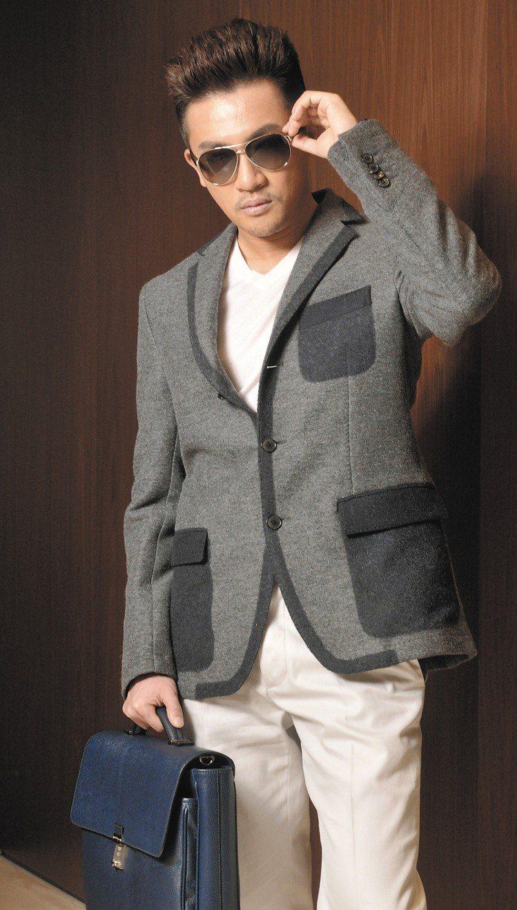 蘇有朋穿Ferragamo灰色外套91,900元、白色西裝褲19,900元、皮革...