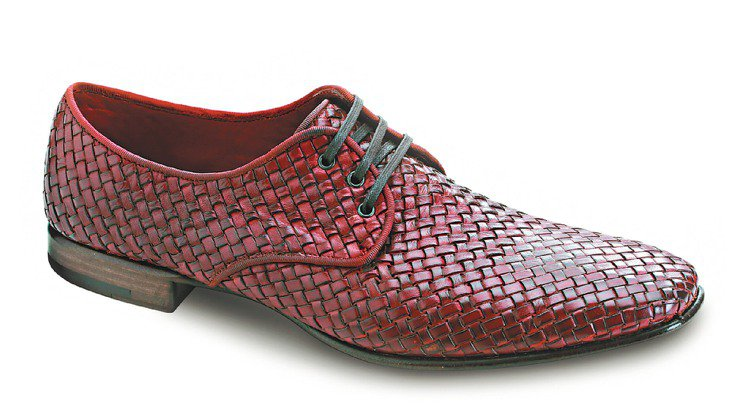 Ferragamo深棕色皮革編織繫帶皮鞋、31,900元。圖/Ferragamo...