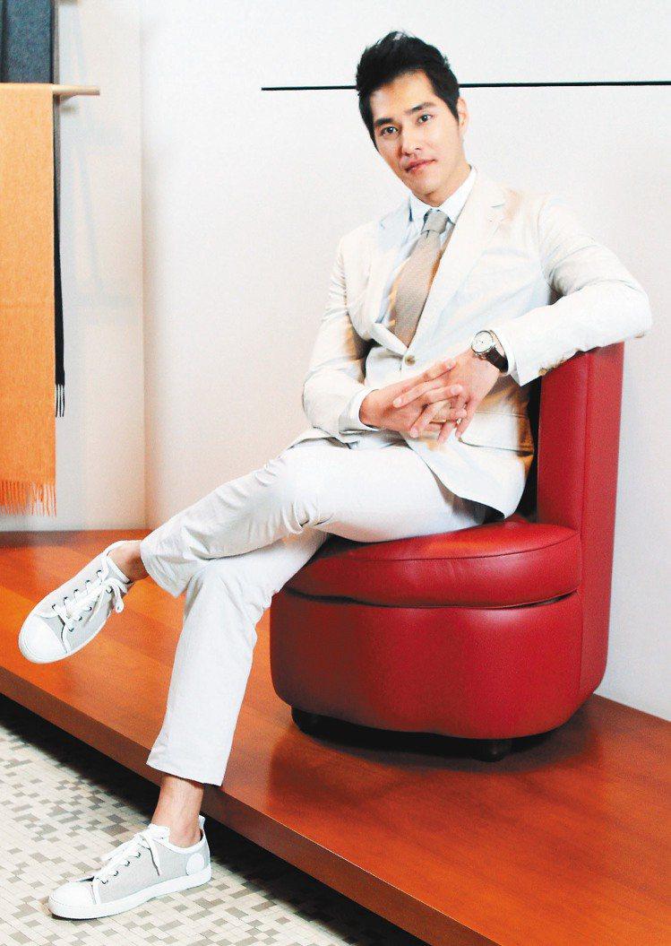 穿上夏季清涼的純麻西裝,藍正龍展現60年代紳士的溫文優雅。記者陳俊吉/攝影