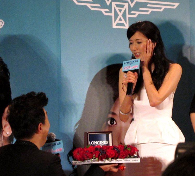 黃渤單膝下跪,讓林志玲又驚又喜。記者吳曉涵/攝影