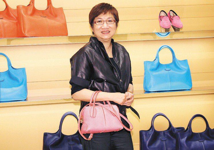 代理TOD'S的迪生流行時尚部門董事總經理何麗娟,力挺新包上市站台。記者盧振昇/...