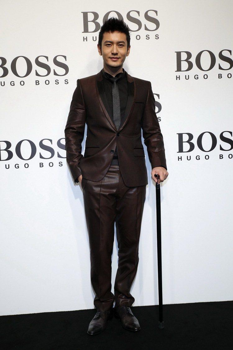 黃曉明出席HUGO BOSS上海發表,杵著拐杖依舊展現紳士魅力。圖/HUGO B...