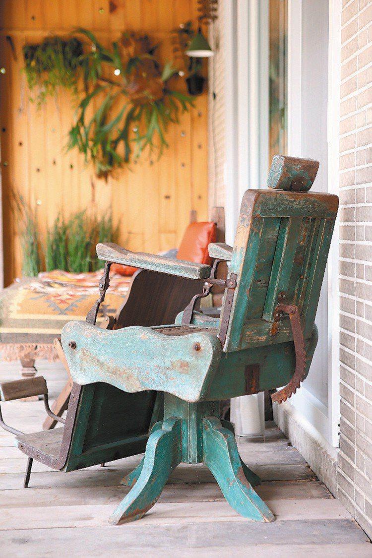 家具不僅功能性好,一定都是老件。記者陳立凱/攝影