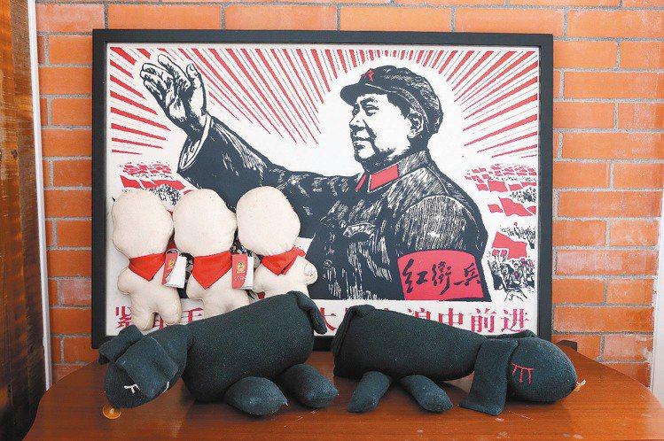 柯耀宗的裝置藝術,表達毛澤東的紅衛兵是沒嘴的傀儡。記者陳立凱/攝影