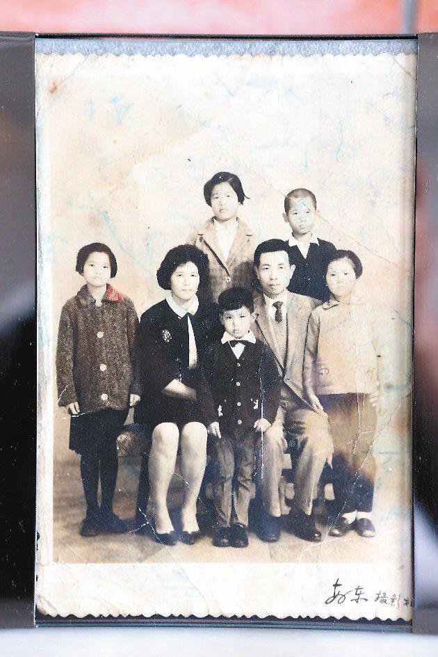 柯耀宗與父母的全家福照片。記者陳立凱/攝影
