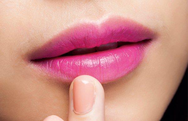 3.在遮瑕和唇膏中間,以指腹輕拍做出漸層感。圖/she.com Taiwan提供