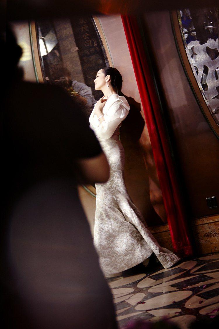鞏俐擔任伯爵全球形象代言人,配戴上伯爵鑽飾,宛如皇后般優雅。圖/伯爵提供