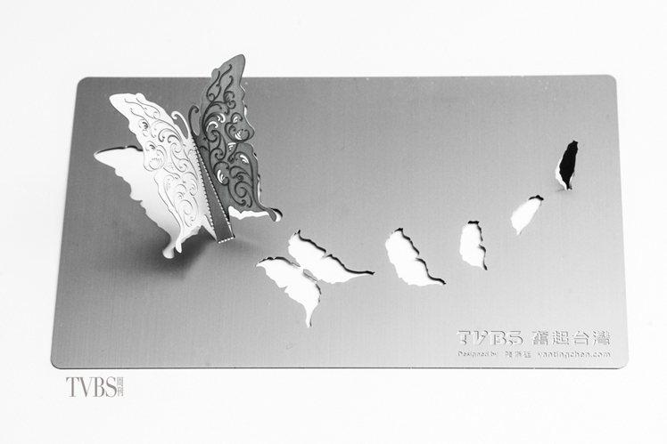 這座以台灣和蝴蝶為主題的紀念品,草圖與材質幾經更改,以蝕刻處理的半雕和陰刻讓蝶翼...