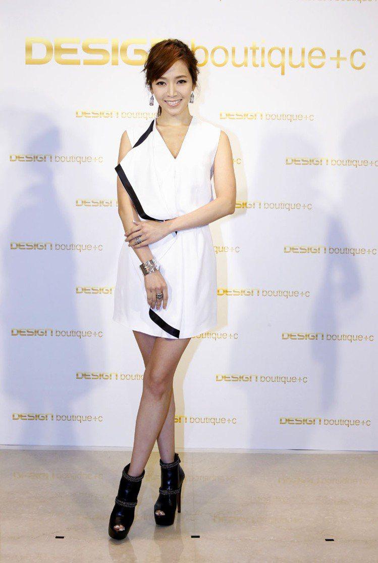 侯佩岑出席Design boutique台中店開幕,身穿McQ副牌洋裝。圖/紫著...