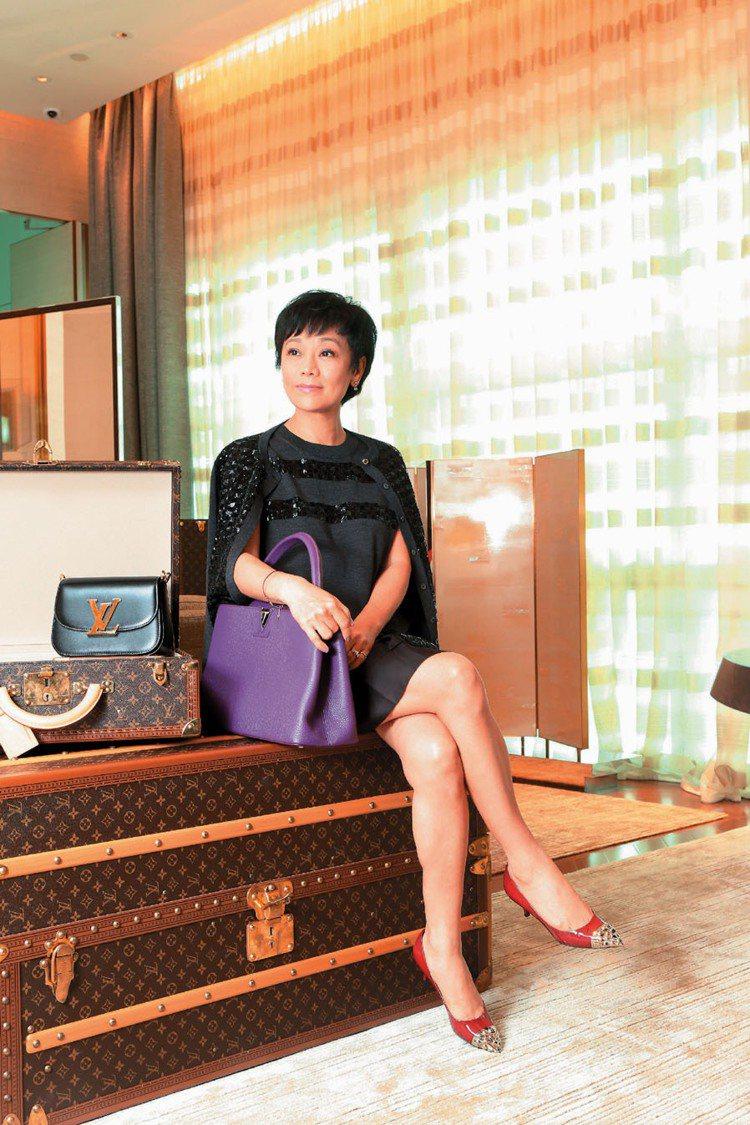 張艾嘉穿LV黑色針織綴亮片外套58,500元、黑色亮片襯絲緞洋裝74,500元、...