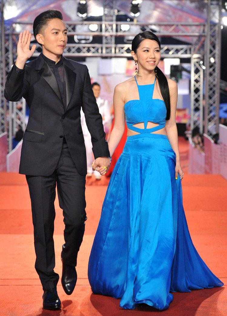 林宥嘉(左)穿浪凡西裝,與穿Emma Wallace禮服的鄧紫棋牽手走紅毯。圖/...
