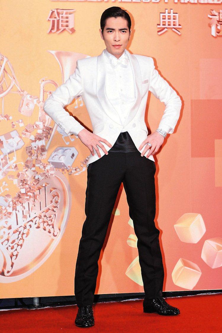 蕭敬騰穿訂製西裝、Ferragamo鞋,搭配伯爵手表與戒指。 評 像紅包場唱搖滾...