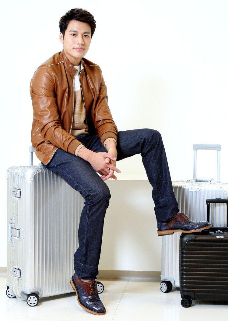 張睿家穿Ferragamo棕色羊皮外套143,900元、針織衫32,900元、牛...