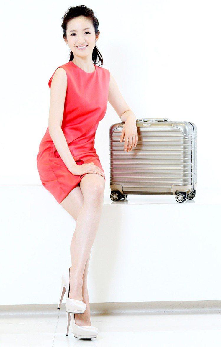 林依晨穿Ferragamo紅色洋裝76,900元、銀色高跟鞋30,900元,搭R...