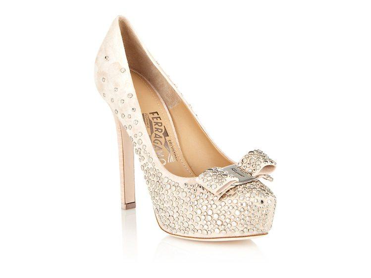 粉紅色蝴蝶結鉚釘高跟鞋,32,500元。圖/Ferragamo提供