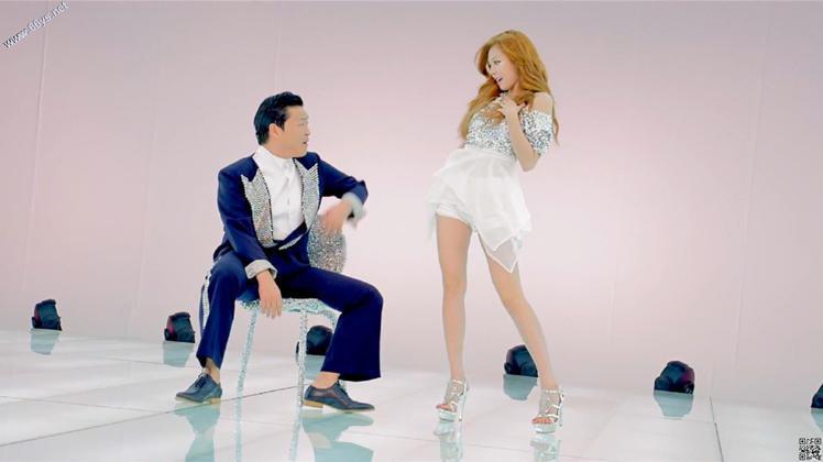 泫雅性感的舞蹈風格,在與PSY合作拍攝的《江南style》MV熱播後,一雙細長美...