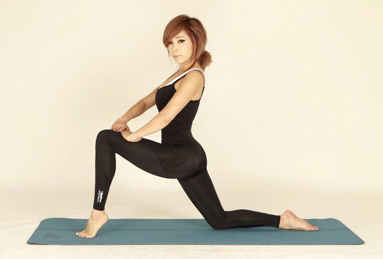 鄭多燕將每天固定的家務研發為健身操,將身體延展極致,再透過塑身褲緊實拉提的效果,...