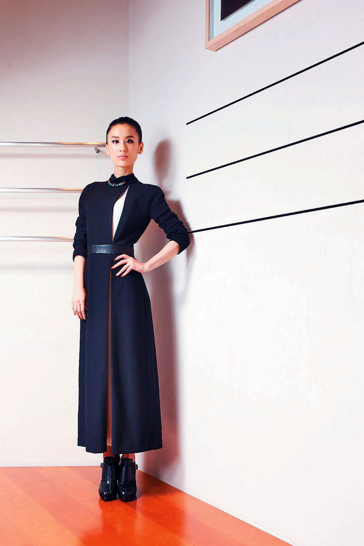 黃聖依推出新專輯,特別選擇台灣作為發片首站。愛馬仕黑色洋裝15萬5,400元。記...