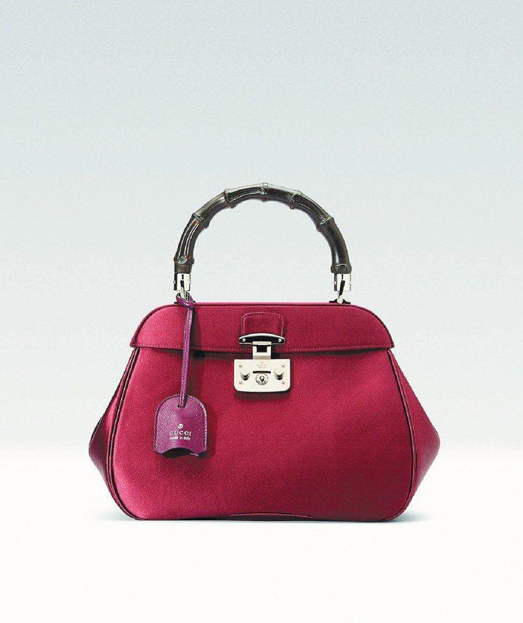 酒紅色緞面竹節手提包,73,900元。圖/GUCCI提供