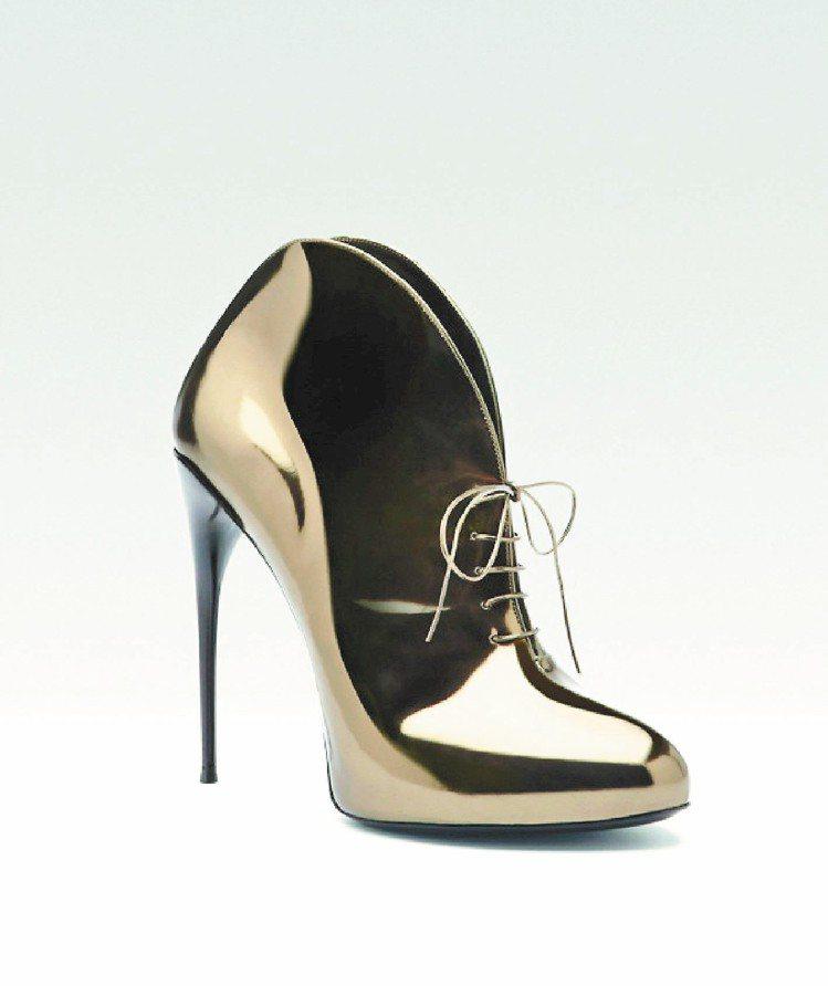 GUCCI Kim金屬色綁帶高跟鞋,44,700元。圖/GUCCI提供
