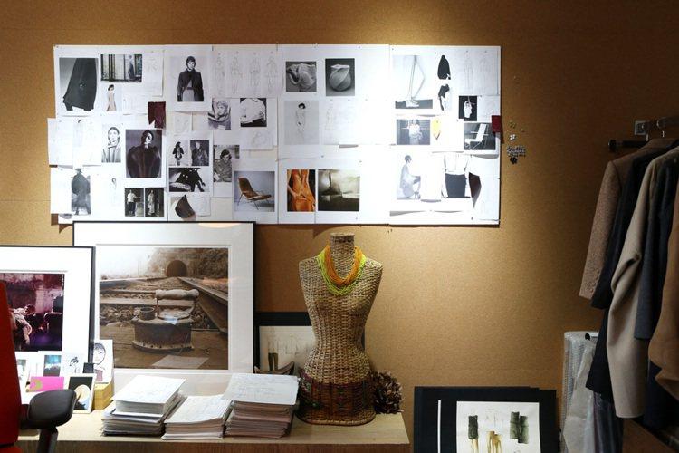 陳季敏的辦公室,牆上布滿各式服裝小圖。記者陳立凱/攝影