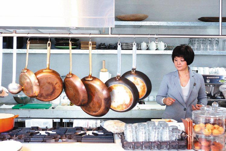 「固定每個星期二,會有幾個朋友在我家吃飯。」明亮的開放式廚房風景,就像陳季敏老家...