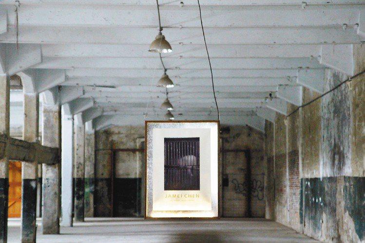 陳季敏與郭英聲合作,在展場用幽微的光,照亮唯一的作品。圖/陳季敏提供
