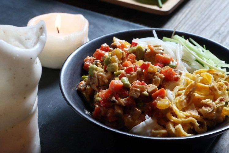 季敏的拿手菜,菜色好吃也講究美感配色。記者陳立凱/攝影