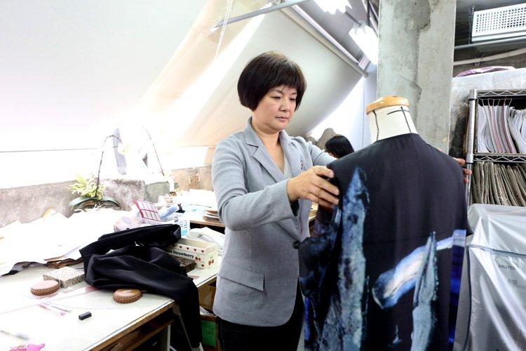 陳季敏服裝設計講究材質與細節。記者陳立凱/攝影