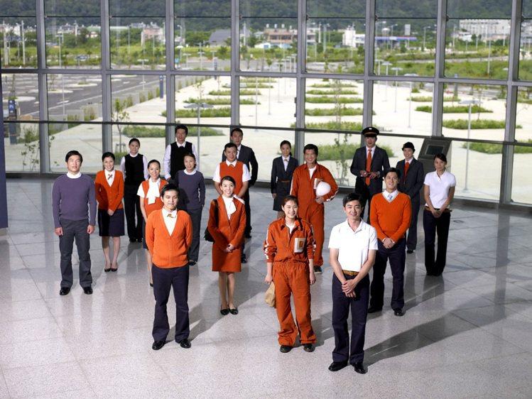 陳季敏為高鐵不同工作人員設計的制服,素材都不一樣。圖/陳季敏提供