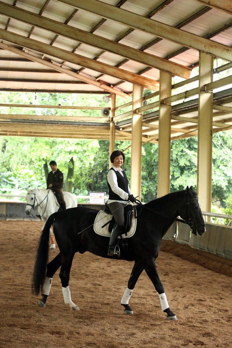 為了學騎馬,陳季敏曾經從馬背上摔下來6次,其中兩次昏迷,直接送急診。即便如此,依...