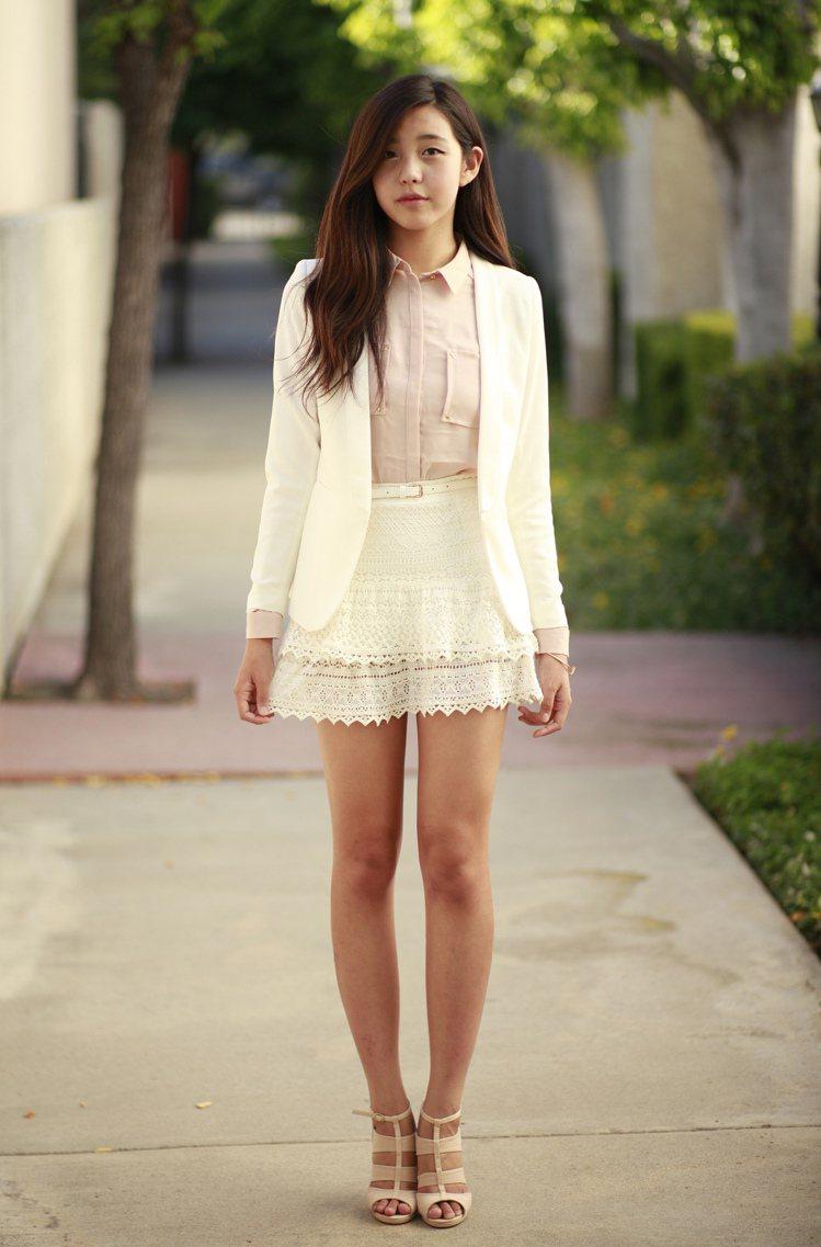 以白色西裝夾克與粉色襯衫,配上蕾絲高腰短裙和粉色羅馬魚口跟鞋。這樣非套裝式單品的...