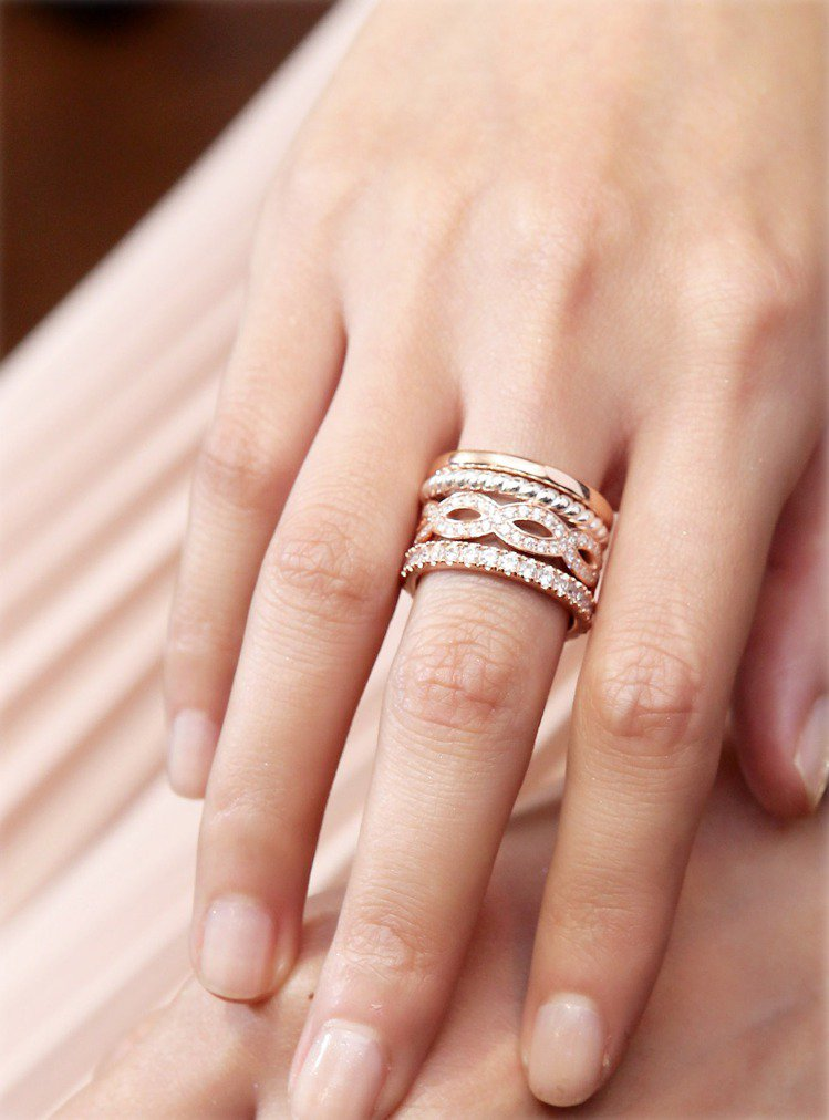 林葦茹早早下好訂單的18K玫瑰金愛情結戒指組合,22,720元。圖/Thomas...