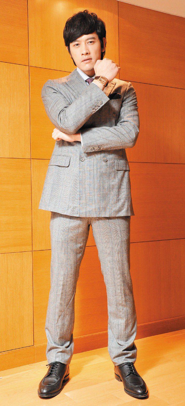 張勛傑西裝造型英挺,配戴的是崑崙金橋表。Dunhill西裝成套95,500元、襯...