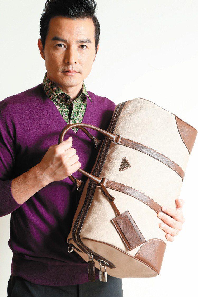 李銘順穿PRADA紫色針織衫21,500元、印花襯衫20,500元、卡其色手提包...