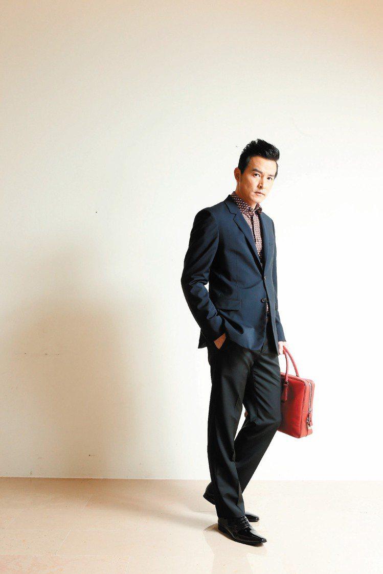 李銘順穿PRADA深藍西上裝外套49,500元、印花襯衫22,000元、紅色公事...