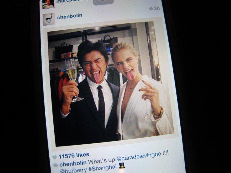 陳柏霖和Cara Delevingne在派對玩到high, 在微博留下趣味合影。...