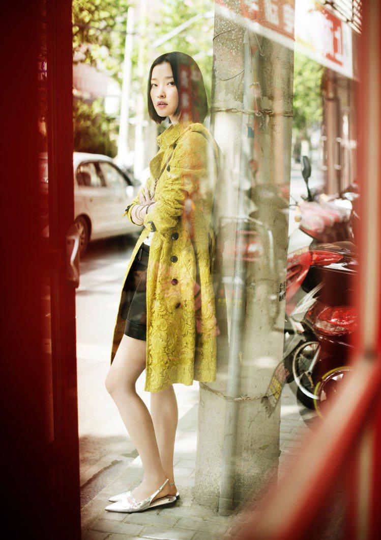 杜鵑穿上金色BURBERRY風衣入鏡,是風衣展的焦點。圖/BURBERRY提供