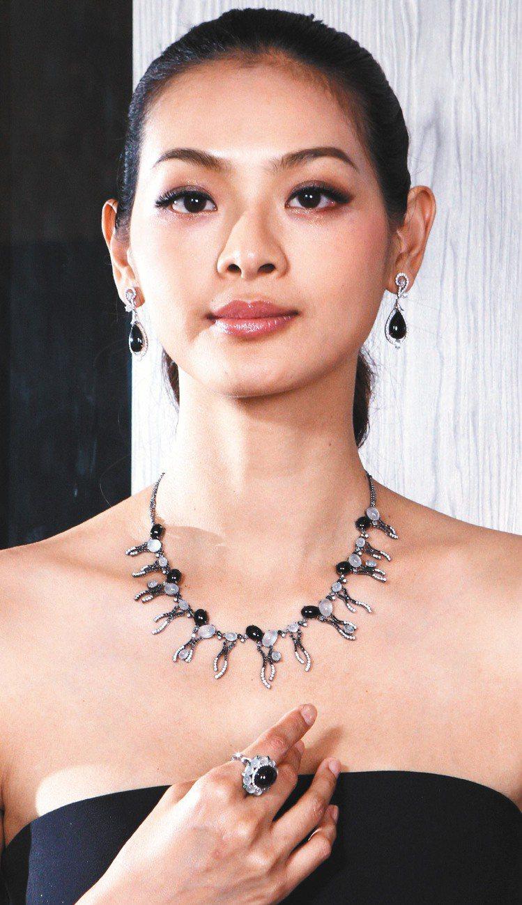 林嘉綺戴白翡墨翠鑲鑽套鍊168萬元、水滴形耳環28萬8,000元、白翡墨翠戒指3...