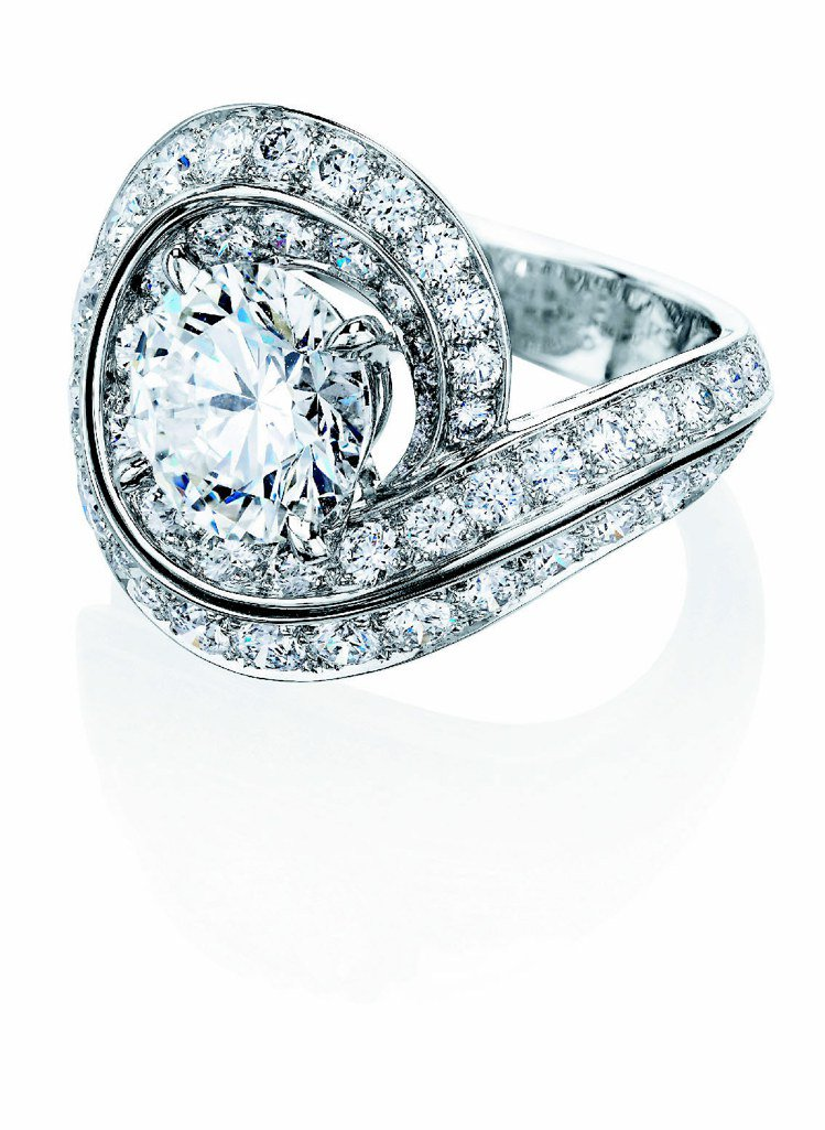 Phenomena Crest 戒指,共鑲嵌87顆總重5.89克拉鑽石,385萬...