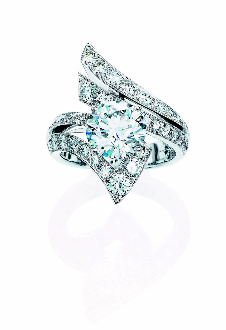 Phenomena Stream戒指,共鑲嵌52顆總重4.66克拉鑽石,385萬...